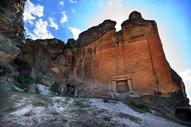 Fachada del monumento de Midas / foto Shutterstock
