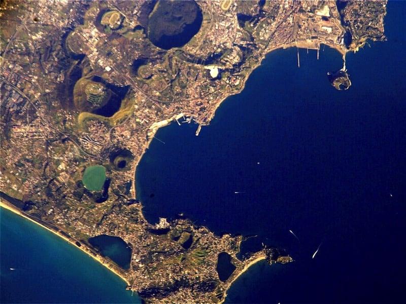 Imagen de satélite de los Campos Flégreos tomada por la NASA