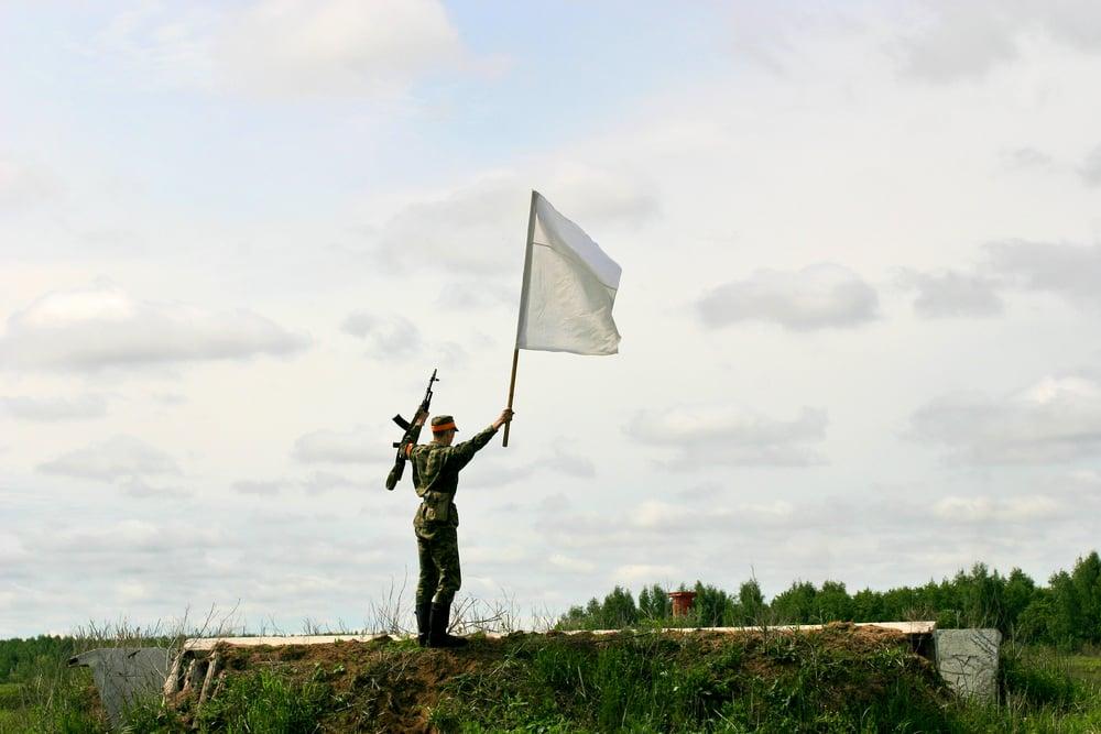 El origen de la bandera blanca como símbolo de rendición y petición de paz