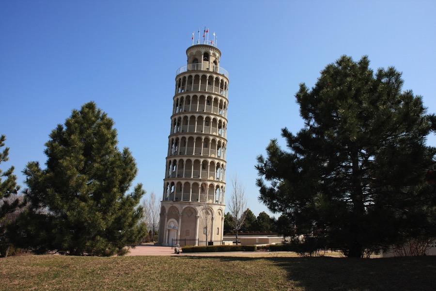 La réplica de la Torre inclinada de Pisa en Niles, Illinois