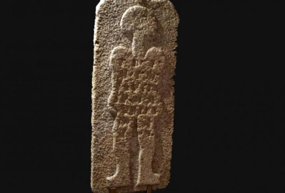 La extraña estela del 'extraterrestre', un relieve del siglo I a.C. encontrado en Cáceres con una inscripción todavía no descifrada