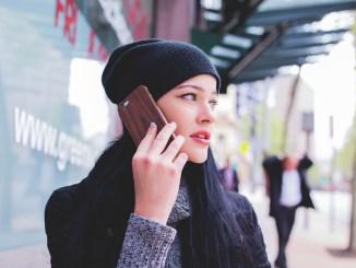 Ragazza-che-parla-al-cellulare-copertina