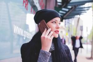 Ragazza che parla al cellulare