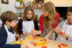 Progetto Sano, giusto e con gusto! - La dottoressa Annamaria Acquaviva in cucina con i bambini-in