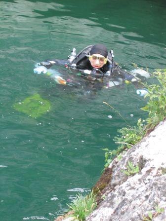 Equipement dans l'eau du lac du Bourget avant de partir plonger le fond de pierre à Bise