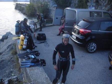 Préparation du recycleur avant les profondeurs abyssales de cette plongée de nuit