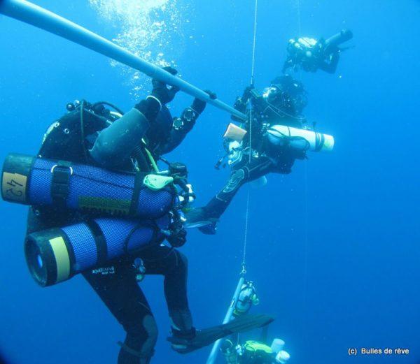 Plongeurs aux paliers après une plongée sur épave à 90 m