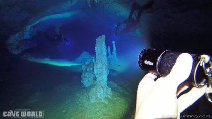 Photo plongée cave avec le phare vidéo de plongée BigBlue VL9000P