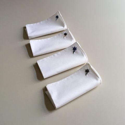 Weisses Einstecktuch aus Baumwolle mit bestickter Blume veredelt