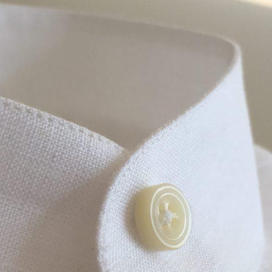 Weisses Leinenhemd mit Stehkragen