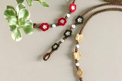Nussfarbiges Armband mit farbigem Blumenmotiv