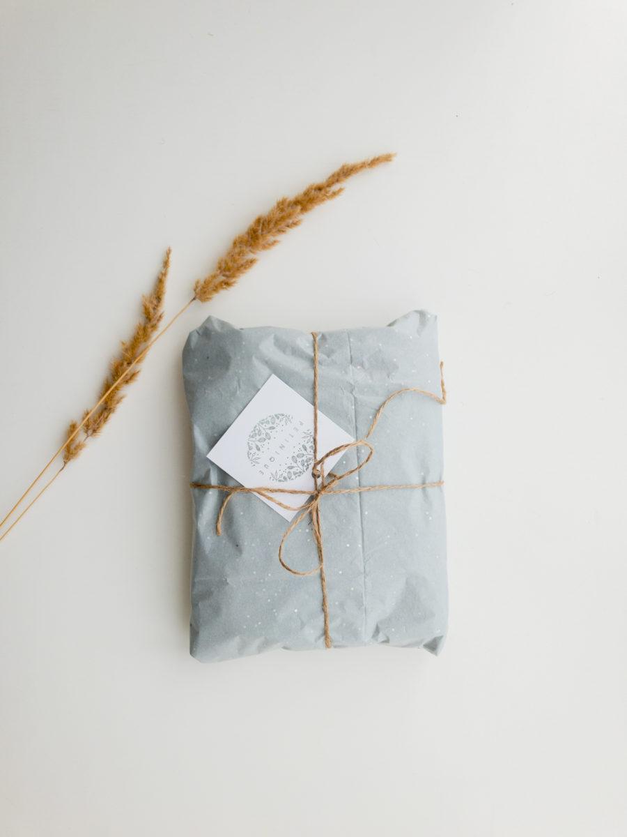 Ein Geschenkpaket gebunden mit Schnur und einer weissen Karte