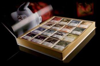 White Tea Book In questa confezione regalo Arthemia ha racchiuso tutta la sua collezione di tè in filtro. 24 fragranze che compongono i migliori tè ed infusi del mondo per accompagnarvi in un viaggio ricco di tradizioni