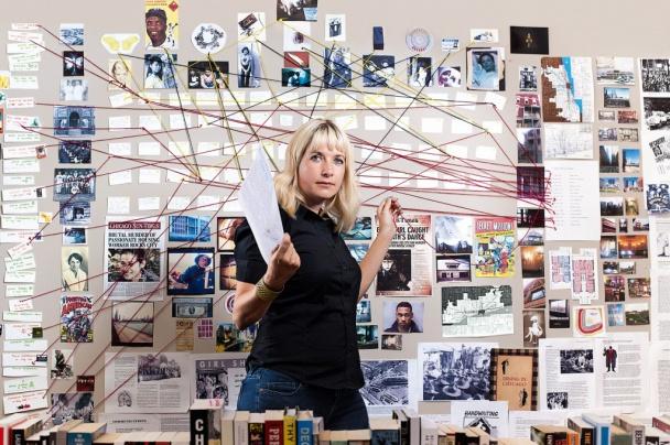 Fotografía de la autora Lauren Beukes y su organigrama para Las luminosas (fotografía por Morne van Zyl)