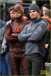grant-gustin-stephen-amell-the-flash-arrow-crossover-02