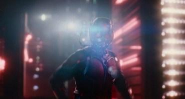 Ant-Man Trailer - Scott Lang se acerca a una hormiga voladora