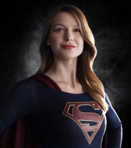 Melissa Benoist como Supergirl (plano medio)