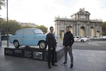 Los gemelos visitando el Ford Anglia en Madrid