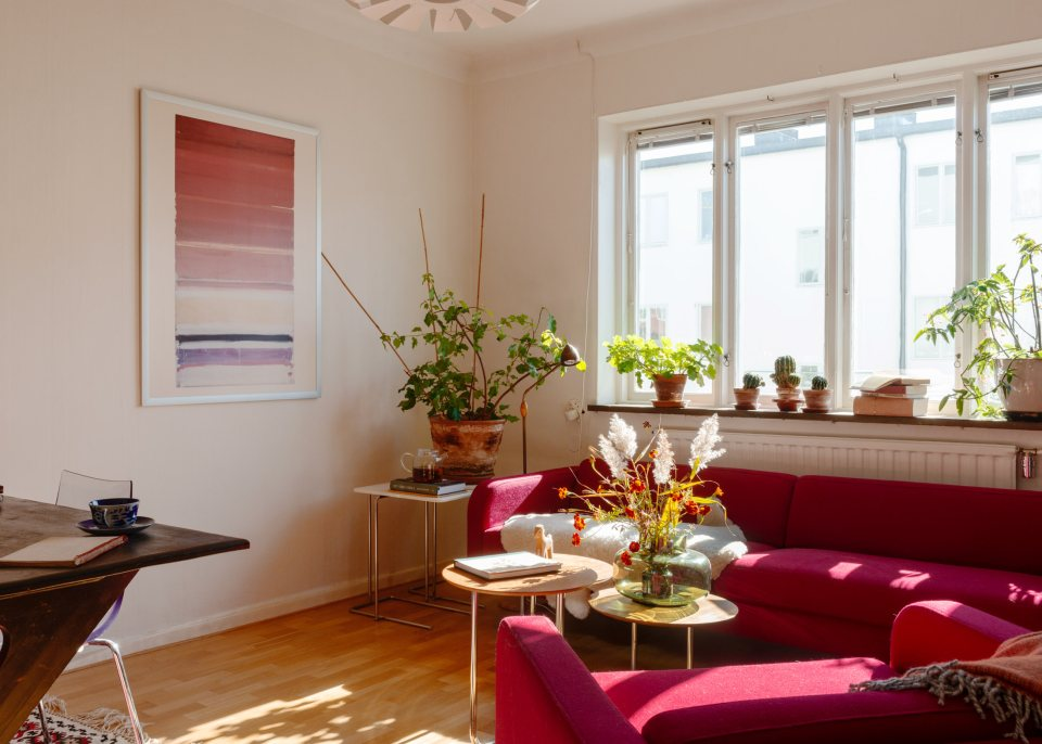 fabulous red in apartment 02