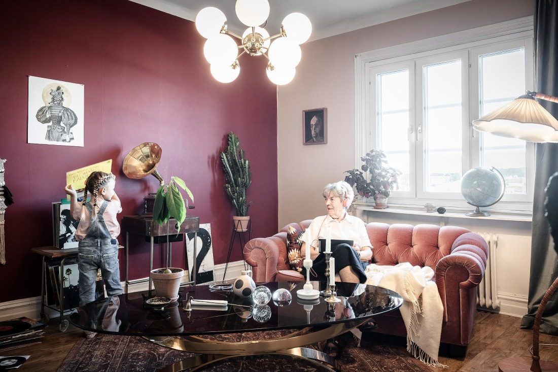 Burgundy color as heart of the design of an apartment 03