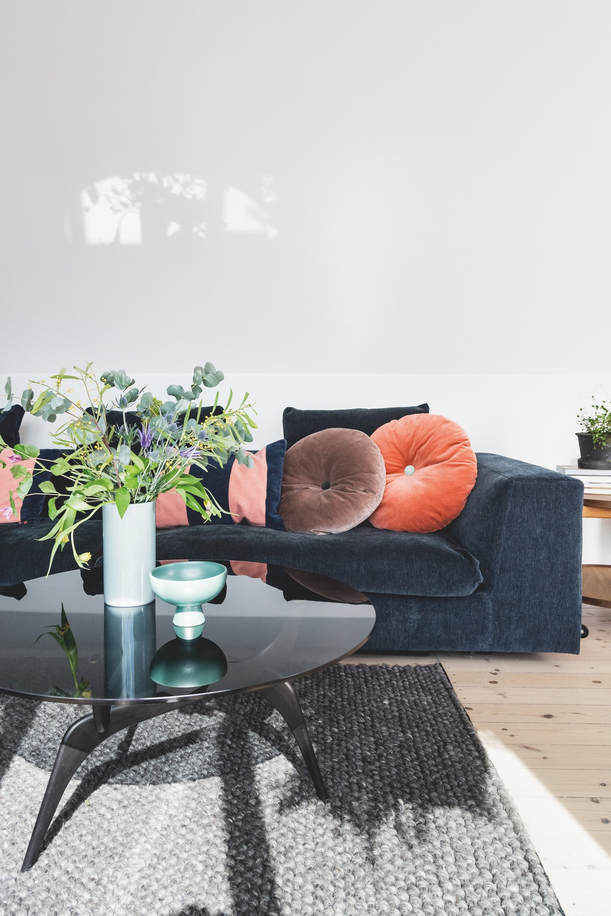 Colorful Scandinavian apartment with burgundy pop of color 08