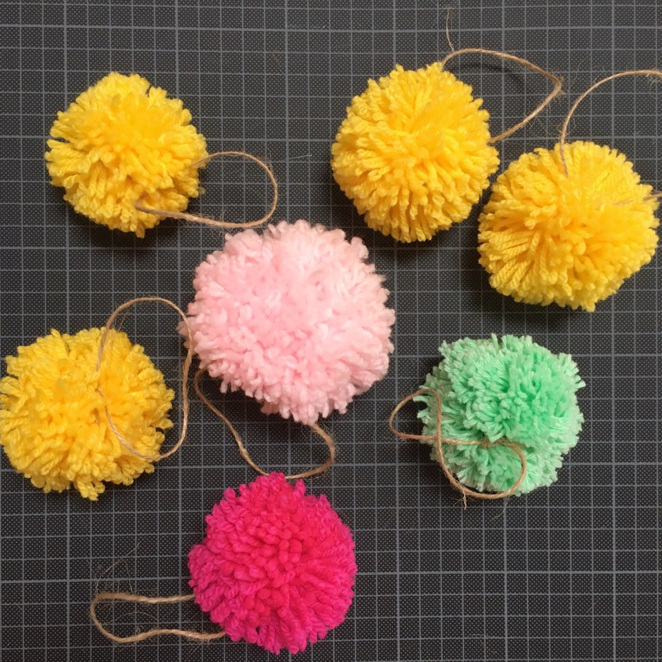 Easter table decoration with pompoms 01