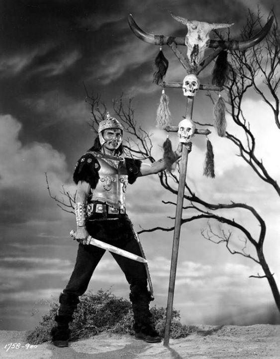 """Foto: 1954 - Jack Palance sul set del film """"Il Re dei barbari"""""""