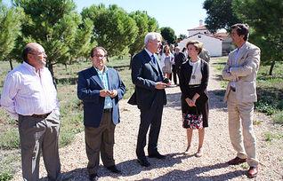 La vicepresidenta y consejera de Economía y Hacienda, María Luisa Araújo, visitó, en Alameda de Cervera, pedanía de Alcázar de San Juan (Ciudad Real), la Casa Rural Finca Los Batanes