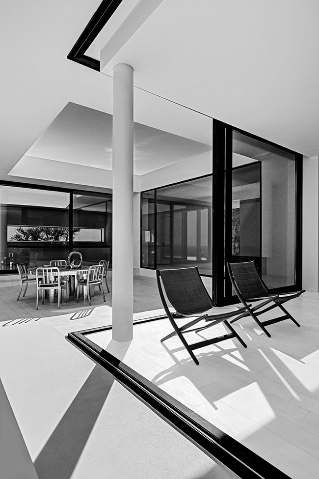 The Silver House in Zakynthos, by Oliver Dwek Architectures - Photo © Serge Anton - Selected by La Chaise Bleue (lachaisebleue.com)