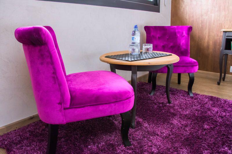 fauteuils violet et table basse