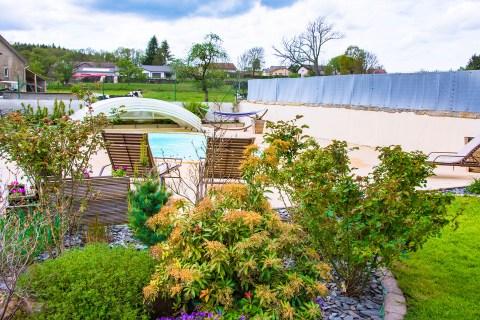 piscine et terrasse la chambre enchantée