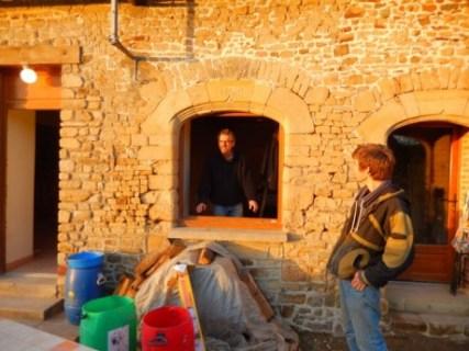 la baie du XVIe siècle, laissant apparaître Saint Yves, le patron du réseau électrique de la maison