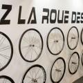 Mais la qualité d'une paire de roues ne se limite pas à son sponsoring. Heureusement ! Corima avaient été la première marque à élargir ses jantes, avec le fameux concept 2D, qui voyait les jantes passer de 20 à 22,4 mm. En 2017, pour des raisons quasi plus marketing que techniques, Corima propose désormais des roues de 26 mm de largeur. On découvre donc les nouvelles 32 MM « WS » à boyaux (18 et 20 rayons) qui accusent juste 1,25 kg pour 1399 euros !!! Sur piste, mais pas seulement ( !), les nouvelles trois et quatre bâtons déboulent aussi. Les finitions changent avec des bords d'attaques et de fuites nettement plus fins, avec un surfaçage encore plus abouti, pour un « aéro » encore amélioré. Les bâtons sont plus fins et ouvrent définitivement la porte de la route à ces roues. D'ailleurs, une version à disques est au catalogue !!! Si Corima pouvait mettre ces roues en test, ce serait parfait… Amis triathlètes, vous êtes les premiers visés ! Et on le répète, changer un boyau ne prend pas plus d'une minute si vous êtes un peu entraînés !! Mais les versions à pneus existent… Alors un peu de patience, d'ici janvier/février 2018, la chasse aux Corima sera ouverte ! / Renseignements : www.corima.com