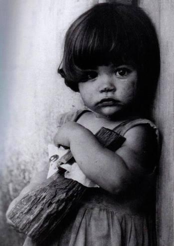 Korda foto rivoluzione Cuba -Bimba con-bambola-di-legno