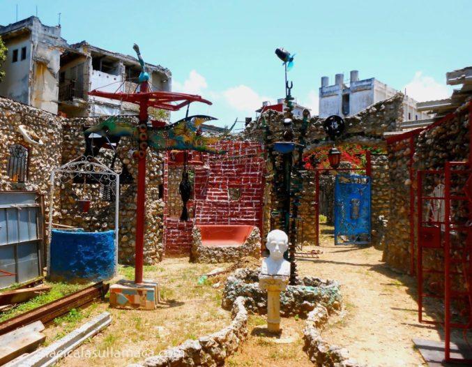 piazzetta con opere d'arte nel callegon da hamel a L'Avana