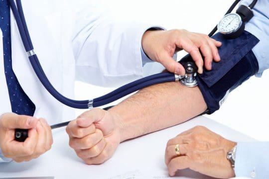 Revisión frecuente de la presión podría prevenir demencia y alzheimer