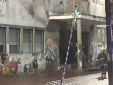 Incendio en el edificio de la escuela N° 1 y secundaria N°13 en pleno centro de Ituzaingó 8