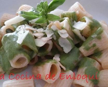 Pasta integral con salsa pesto de espinacas