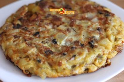 Tortilla de patatas, calabacín y champiñones