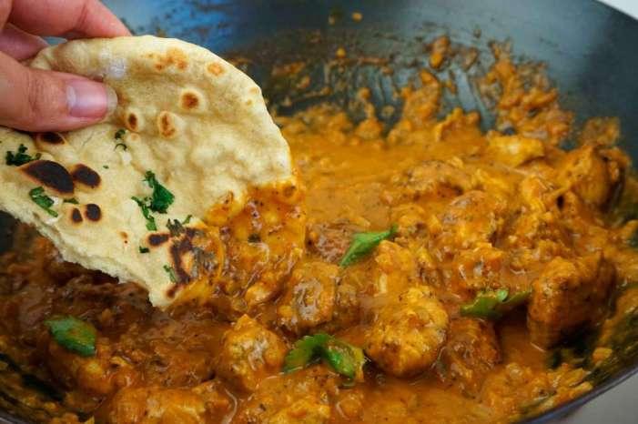 Curry casero con pan naan