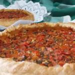 Pizza de tomate y mostaza en hojaldre
