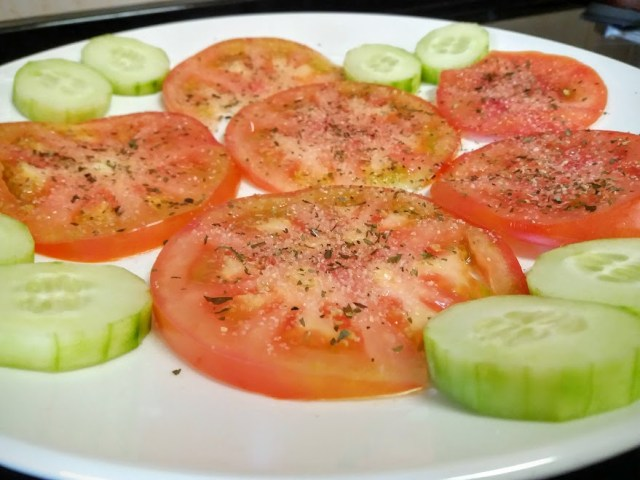 ensalada de tomates aliñaos
