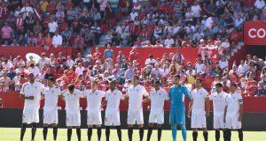 El once del Sevilla FC, guardando un minuto de silencio en el Ramón Sánchez-Pizjuán | Imagen: Sevilla FC