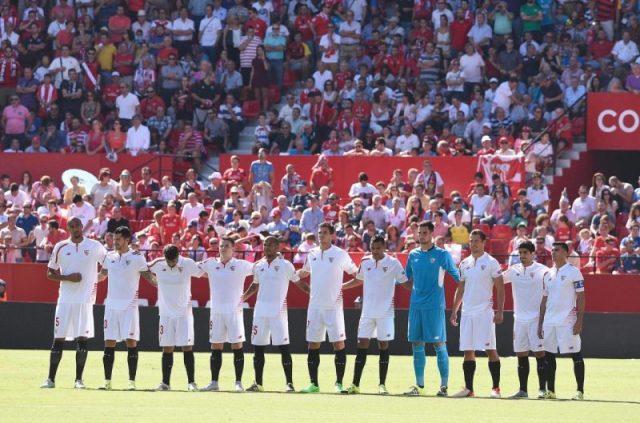 El once del Sevilla FC, guardando un minuto de silencio en el Ramón Sánchez-Pizjuán   Imagen: Sevilla FC