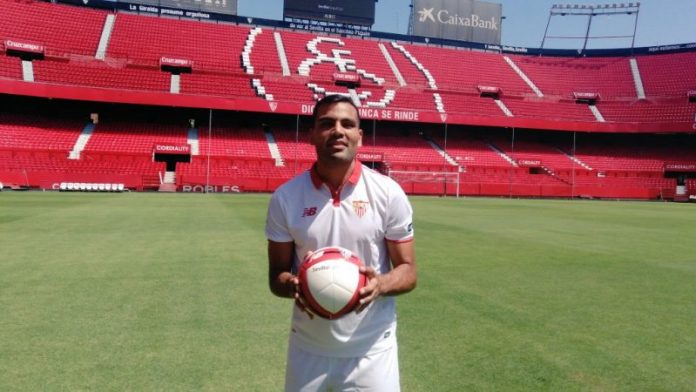 Gabriel Mercado posa en su presentación en el Sánchez Pízjuan   Imagen: Sevilla FC