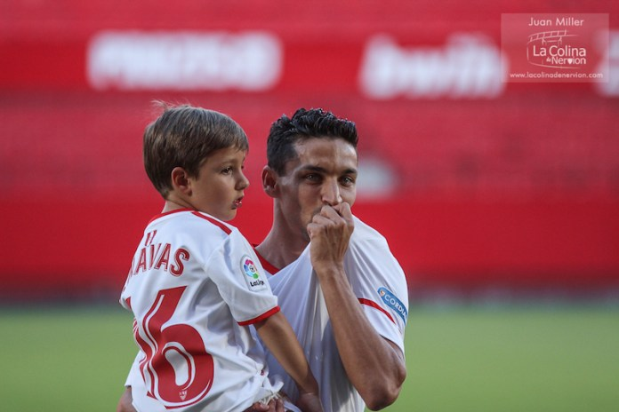 Jesús Navas con su hijo durante el acto público de su presentación | Imagen: Juan Miller - La Colina de Nervión
