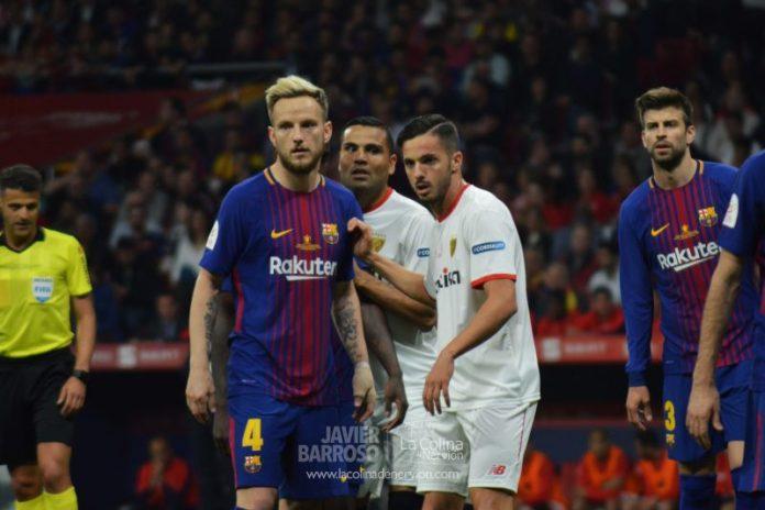 Rakitic y Sarabia esperan un córner en la final de Copa entre Barcelona y Sevilla FC | Imagen: Javier Barroso