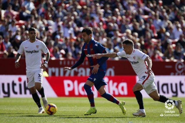 Campaña y Roque Mesa en una acción de juego entre Sevilla y Levante | Foto: La Liga