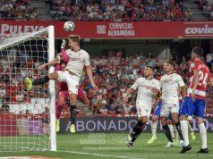 Luuk de Jong remata un balón en la victoria ante el Granada | Imagen: La Colina de Nervión