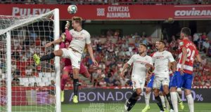 Luuk de Jong remata un balón en la victoria ante el Granada   Imagen: La Colina de Nervión